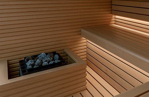 Finnischer Saunaofen mit Ofenschutzgitter in einer Sauna für Zuhause (Sauna Bausatz zum Selbstaufbau).