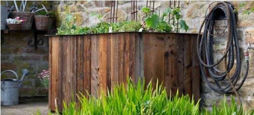 Hochbeet für den Garten in modernem Design aus Altholz