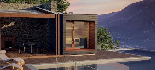 Kompakte Außensauna ARTI vom Außensauna Hersteller auroom mit Glasfront im Garten auf der Terrasse, direkt am Pool