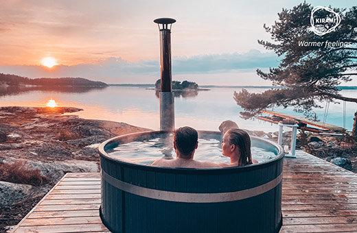 Schickes holzbefeuertes Badefass für pures Hot tub Badevergnügen mitten in der Natur, auch bei frischen Temperaturen.
